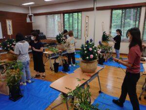 枕花を制作する学生ら