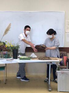 ブドウのつるを國井先生に渡す相田先生