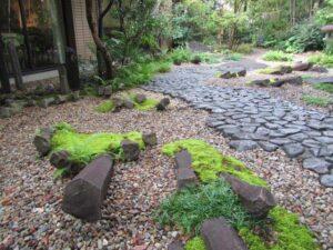 雨上がりは日本庭園の石が美しい